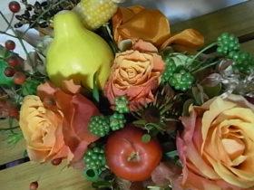 秋の花 トウモロコシ、リンゴ、野バラの実など