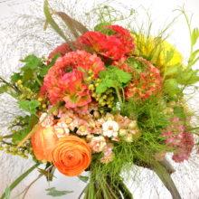 夏はひまわりをいれた自然な花束の作り方です。