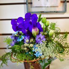 青い花が好きな女性へ贈るアレンジメント