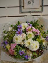 白いダリアで贈る感謝の花束。