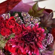 秋の還暦お祝いは深いワイン色の花束。